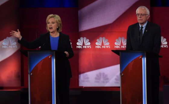 Clinton y Sanders chocan en un vigoroso debate