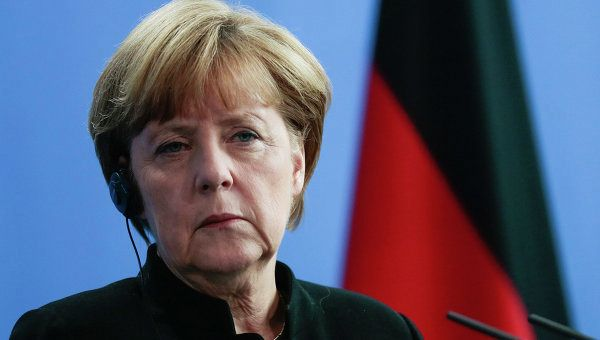 Hollande, Merkel urge EU summit to extend sanctions against Russia