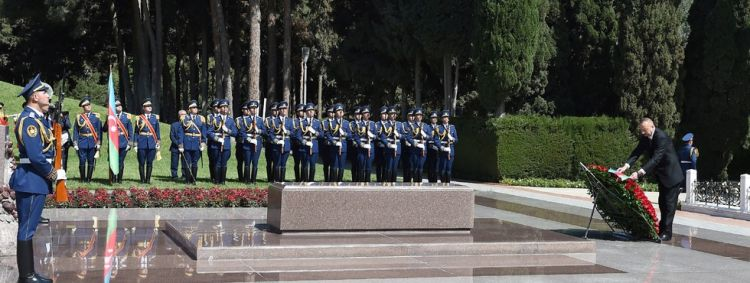 President Ilham Aliyev visited grave of national leader Heydar Aliyev