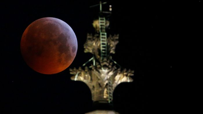 What was the mysterious object that hit the 'Super Blood Wolf Moon'? - iWONDER